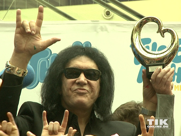 """KISS-Bassist Gene Simmons posiert mit Rocker-Pose und """"Blauem Herz"""""""