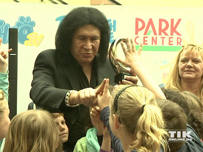 Keine Berührungsängste: Die Kinder einer Berliner Grundschule hatten ihren Spaß mit KISS-Legende Gene Simmons