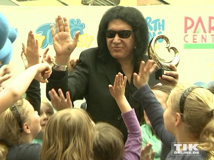 Die Kinder einer Berliner Grundschule durften das tun, wovon viele KISS-Fans träumen: mit Gene Simmons abklatschen