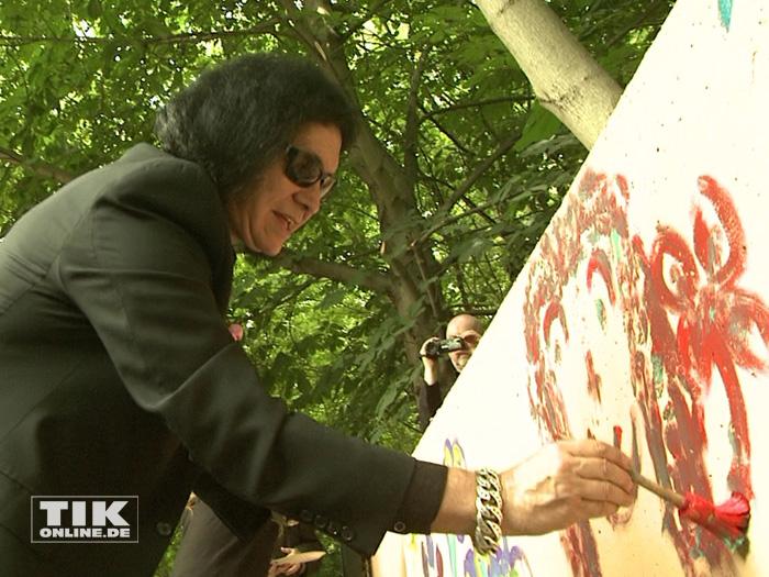 KISS-Gründungsmitglied Gene Simmons tauschte in Berlin den Bass gegen einen Pinsel und versuchte sich als Maler.