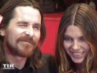 Mit Vollbart und langem Haar zwinkert Christian Bale den Fotografen zu. Neben ihm seine Frau Sibi Blazic.