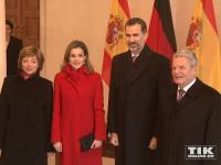 Spaniens König Felipe, seine Frau Letizia, Joachim Gauck und seine Lebenspartnerin Daniela Schadt posieren im Schloss Bellevue