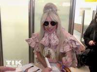 Lady Gaga schreibt Autogramme am Flughafen Berlin-Tegel