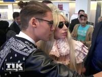 Lady Gaga rosarot am Flughafen Berlin-Tegel