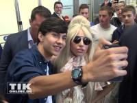 Lady Gaga posiert mit Fans am Flughafen Berlin-Tegel