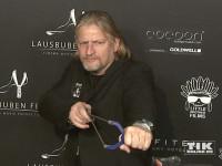 Frank Kessler posiert gefährlich mit Katapult bei der Lausbuben-Party