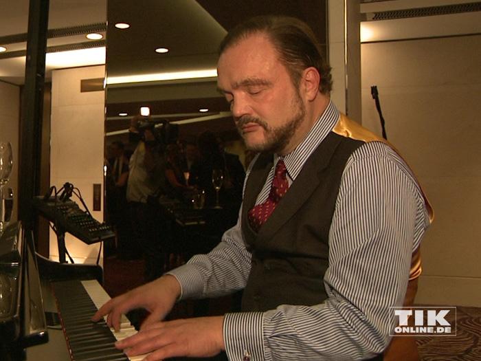 Alexander Fürst zu Schaumburg-Lippe beweist auf der Lebensherbst-Gala 2015, dass er auch am Klavier eine gute Figur macht