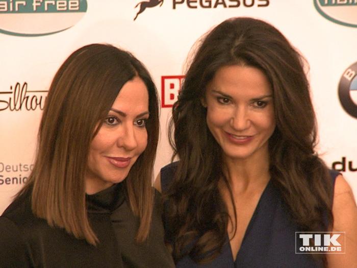 Mariella Ahrens und Simone Thomalla posieren auf der Lebensherbst-Gala 2015 für die Fotografen