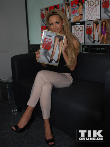 mandy capristo mit ihrer fhm urkunde. Black Bedroom Furniture Sets. Home Design Ideas