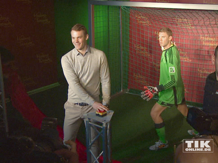 Der Vorhang ist gefallen und Manuel Neuer präsentiert seine Wachsfigur