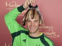 Manuel Neuer sucht seine Haarfarbe für die Wachsfigur