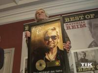 """Matthias Reim posiert mit der Goldenen Schallplatte für """"Die Leichtigkeit des Seins"""""""