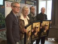 Matthias Reim und sein Team posieren mit Goldenen Schallplatten