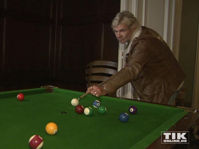Matthias Reim spielt eine Partie Billard