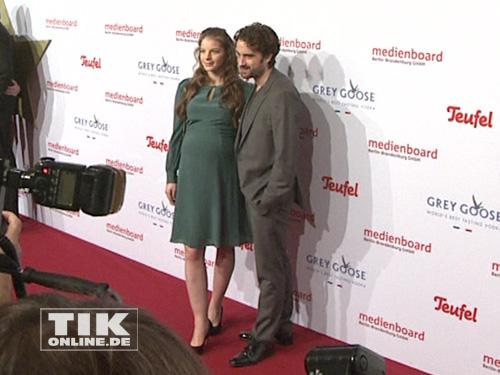 Yvonne Catterfeld mit Babybauch und Oliver Wnuk auf der Medienboard Party 2014