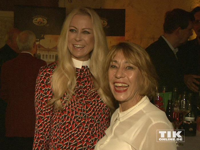 Jenny Elvers und Gitta Schweighöfer, Mutter von Matthias Schweighöfer, unterhalten sich angeregt auf der Medienboard-Weihnachts-Party 2015 in Berlin