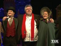 """Michael Schanze umringt von den Darstellern des Musicals """"Eine Weihnachtsgeschichte"""" bei der Premiere in Berlin"""