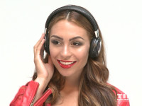 Miss Ronja posiert mit roter Lederjacke und Kopfhörern