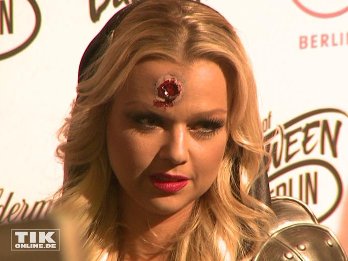 Doreen Steinert präsentierte sich mit Schusswunde auf der Stirn bei der Halloween-Party von Natascha Ochsenknecht