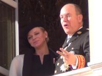 Fürstin Charlèle mit Fürst Albert auf dem Balkon des Palastes in Monaco