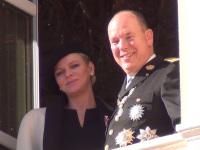 Fürstin Charlèle und Fürst Albert gut gelaunt auf dem Balkon des Palastes in Monaco