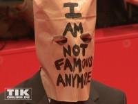 """""""I'm not famous anymore"""" steht auf der Tüte, die Shia LaBeouf zur Berlinale-Premiere von """"Nymphomaniac"""" über dem Kopf trug"""