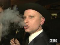 Robert Stadlober genießt seine E-Zigarette bei der Opening Night Gala der 66. Berlinale