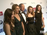 US-Botschafter John B. Emerson posiert mit seiner Frau Kimberly Marteau Emerson und den drei Töchtern Jacqueline Emerson, Hayley Emerson und Taylor Emerson bei der Opening Night Gala der 66. Berlinale