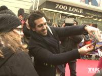 """Elayas M'Barek ließ es sich bei der """"Paddington""""-Premiere in Berlin mit den Fans Fotos zu machen"""