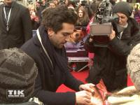"""Elayas M'Barek ließ es sich bei der """"Paddington""""-Premiere in Berlin den Fans jede Menge Autogramme zu schreiben"""