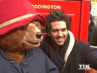 """Bei der """"Paddington""""-Premiere in Berlin posierte Elyas M'Barek mit dem Star des Films, Kragenbär Paddington"""