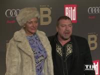 Armin Rohde posiert mit Schauspielerin Karen Böhne bei der Place-2-B-Party in Berlin für die Fotografen
