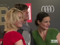Umringt von gleich zwei Damen kam Joachim Löw zur Place-2-B-Party nach Berlin