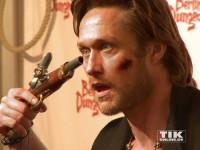 Lebensmüde? Zombie? Nico schwanz posiert mit (kunst)blutverschmiertem Gesicht und Handfeuerwaffe am Kopf