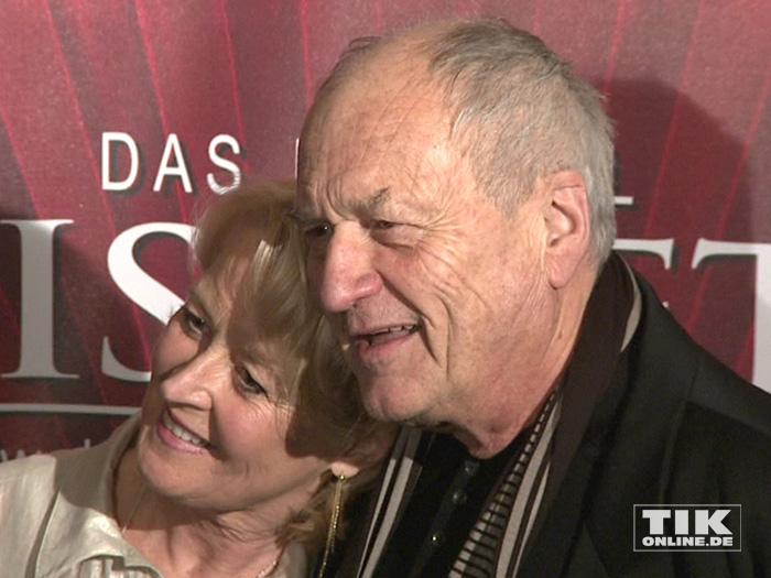 """Dietrich Mattausch und seine Ehefrau Annette kuschelten bei der """"Elisabeth""""-Musical-Premiere in Berlin für die Fotografen"""
