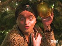 Julian F.M. Stoeckel spielt bei der Premiere des Roncalli Weihnachtscircus 2015 mit der Weihnachtsdekoration