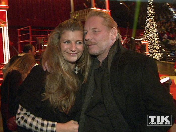 Ben Becker und seine Frau Anne ganz verkuschelt bei der Premiere des Roncalli Weihnachtscircus 2015
