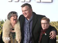 """Hape Kerkeling umringt von Anne Butterfield and Shelagh Noble bei der Premiere von """"Ich bin dann mal weg"""" in Berlin"""