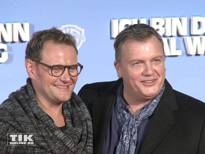 """Hape Kerkeling strahlt mit seinem """"Doppelgänger"""" Devid für die Fotografen bei der Premiere von """"Ich bin dann mal weg"""" in Berlin"""