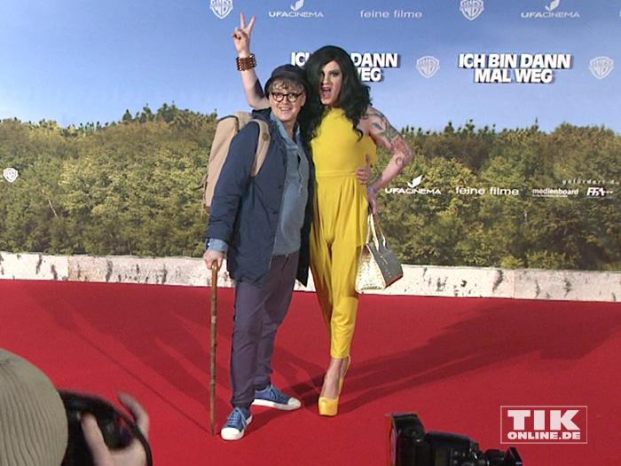 """Rolf Scheider und Drag-Queen Nina Queer posierten vergnügt für die Fotografen bei der Premiere von """"Ich bin dann mal weg"""" in Berlin"""