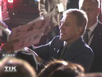 """Bond-Bösewicht Christoph Waltz machte bei der """"James Bond - Spectre""""-Premiere in Berlin seine Fans mit Autogrammen und Selfies glücklich"""