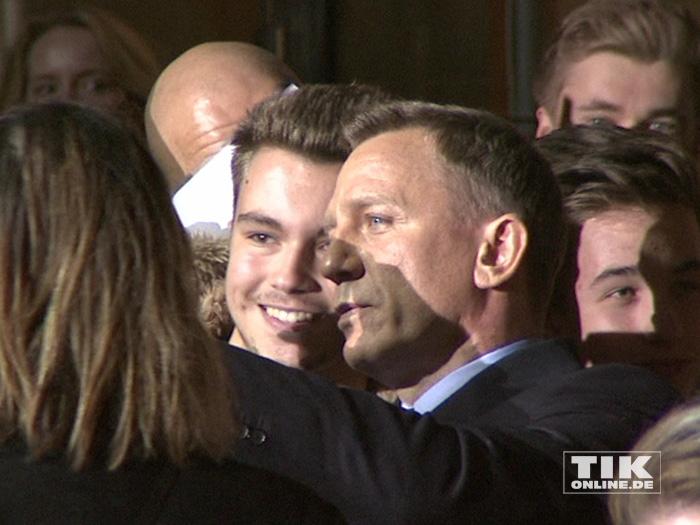 """James Bond-Star Daniel Craig machte bei der """"James Bond - Spectre""""-Premiere in Berlin seine Fans mit Autogrammen und Selfies glücklich"""