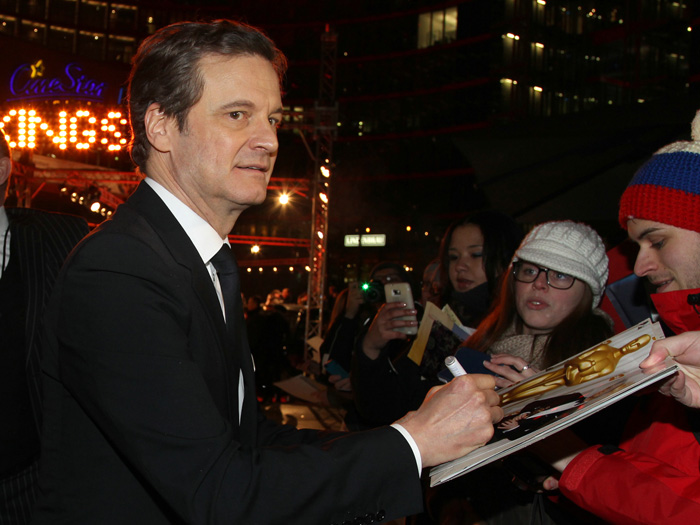 Colin Firth schreibt fleißig Autogramme