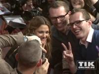"""Drew Barrymore posiert mit Fans für Fotos bei der Premiere von """"Urlaubsreif"""" in Berlin"""