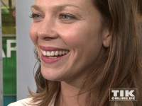 Jessica Schwarz lacht in die Kameras beim Produzentenfest 2014