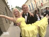 Mario-Max Prinz zu Schaumburg-Lippe trägt seine Freundin Katharina Boe auf Händen