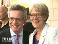 Thoma de Maiziere mit seiner Ehefrau gut gelaunt beim 60. Merkel-Geburtstag
