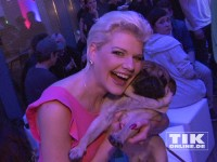 Melanie Müller kuschelt mit einem Mops