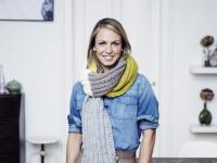 """Biathlon-Olympiasiegerin Magdalena Neuner posiert mit einem """"Schal fürs Leben"""" zu Gunsten der Organisation """"Save the Children"""""""