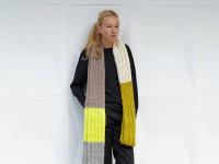 """Maiami-Designerin Maike Dietrich posiert mit einem """"Schal fürs Leben"""" zu Gunsten der Organisation """"Save the Children"""""""